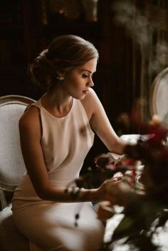 Being a classy woman is something that will never go out of style. Here are 21 ways to cultivate your classy. A classy woman is many things; one thing she is not, however, is a mean girl. Elegant Outfit, Classy Dress, Classy Casual, Classy Style, Elegant Dresses Classy, Classic Dresses, Classy Clothes, Classic Outfits, Sarah Seven Wedding Dresses