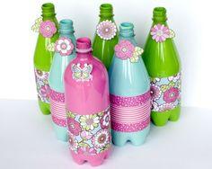 Plastikflaschen basteln - Eine Idee zum Färben und Bekleben mit Papier