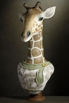 Muse et Homme - girafe ---------------------------- Paper Mache Clay, Paper Mache Sculpture, Paper Mache Crafts, Sculpture Art, Portrait Sculpture, Giraffe Decor, Paper Mache Animals, Paper Owls, Cardboard Art