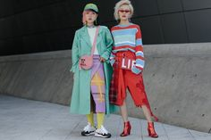 A wave of change has swept Seoul's thriving street style scene, as the onetime hypebeasts outside the city's Fashion Week shows have exchanged their Vetements hoodies and Off-White belts for primary-school pastels and workwear staples. Asian Street Style, Korean Street Fashion, Cool Street Fashion, Street Style Looks, Asian Fashion, Street Style Women, Asian Style, Seoul Fashion, Tokyo Fashion
