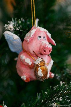 Ватная ёлочная игрушка Поросенок ангелочек - купить или заказать в интернет-магазине на Ярмарке Мастеров - GZ3V3RU. Бобруйск   ЁЛОЧНАЯ ИГРУЩКА ВЫПОЛНЕНА ИЗ ВАТЫ И РАСПИСАНА … Gift Baskets For Men, Themed Gift Baskets, Raffle Baskets, Christmas Scenes, Christmas Wood, Christmas Crafts, Christmas Decorations, White Ornaments, Xmas Ornaments