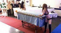 Viúva Contrata Strippers Para o Funeral Do Seu Marido