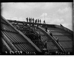 Les ouvriers réparant la toiture du Grand Palais (agence de presse Meurisse, 1932).