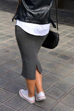 Propongo un clásico, la falda de tubo o lápiz con un corte midi que nos recuerda al más puro estilo de los años 40, pero con un toque actual.