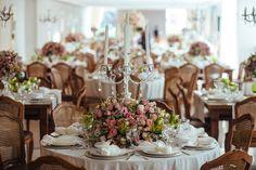 Mobiliário em madeira e flores rosas para incrementar a mesa dos convidados - Casamento Amanda Abreu e Noman Khan