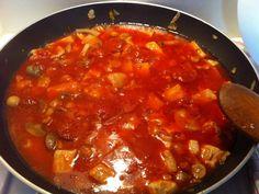 sauté de porc, sauce tomate, oignon, chorizo, cube de bouillon, champignon, eau, huile d'olive