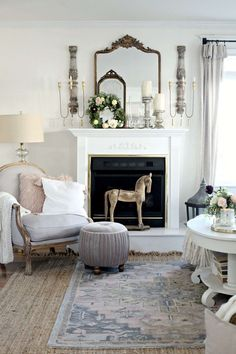 30 Lovely Chic Living Room Wall Decor Ideas - Many tend to associate shabby chic decorating with femininity yet I disagree. To me shabby chic is a decorating style that expresses pride in history . Winter Living Room, Chic Living Room, Living Room Decor, Bedroom Decor, Living Rooms, Cozy Living, Bedroom Sets, Master Bedroom, Country Living Decor