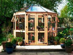Tanken på ett växthus är förknippad med längtan och drömmar. Men innan du kan skörda solmogna tomater måste du ta tag i det praktiska och välja rätt modell för dig. Här får du alla råd du behöver.