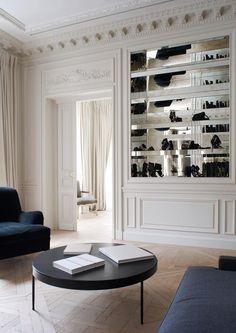 Fantastisk miljö a la Paris-lägenhet! Gardinerna följer den röda tråden för inredningen som är vit, ljust och avskalat. I bokhyllan har en fond av spegelglas adderats, otroligt fint. För ett liknande resultat rekommenderar vi våra vita linnegardiner som du hittar på www.gotain.com - vi gör det enkelt att beställa skräddarsydda gardiner.  #vardagsrum #gardin #gardiner