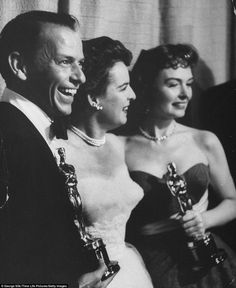 Frank Sinatra and Donna Reed hold their Oscars as Best Supporting Actor and Actress in From Here to Eternity — a film that won eight statuettes in including Best Picture. Between them is previous Oscar winner Mercedes McCambridge Hollywood Stars, Old Hollywood Glamour, Golden Age Of Hollywood, Vintage Hollywood, Classic Hollywood, Donna Reed, Oscars, Oscar Photo, Best Supporting Actor