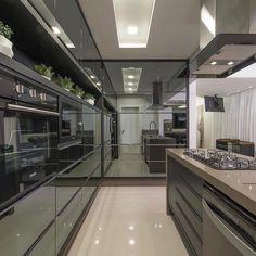"""10.2 mil curtidas, 129 comentários - • Arquitetura, Decor & Mais (@decoremais) no Instagram: """"Uma cozinha pra ninguémmmm botar defeito! Projeto Autoria de Athos Peruzzolo Foto: Ronald…"""""""