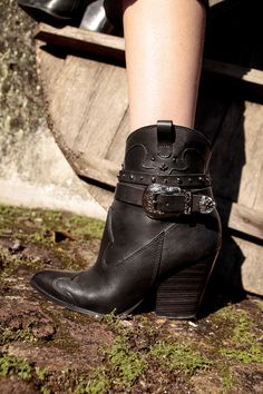 Bota Preta 162001 Country Life, Boots, Fashion, Red Boots, Black Boots, Metal Buckles, Taupe, Brown, Leather