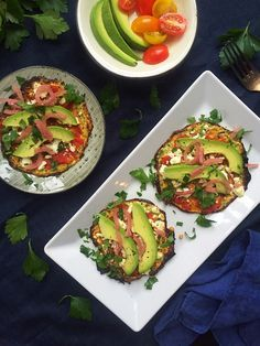 Green zucchini pizzas with avocado and feta cheese - low carb/lchf vegetari Zucchini Pizza Crust, Squash Pizza, Green Zucchini, Grilled Avocado, Vegetarian Lunch, Vegetarian Thanksgiving, Vegetarian Entrees, Vegetable Nutrition, Pasta