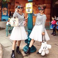 ふんわり白チュールスカートに、ボーダーTシャツ♡ 足元は、歩きやすいショートブーツで◎ ディズニーのお揃いかわいいファッション スタイル 参考コーデ♪