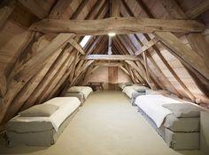 Combles d'un maison d'hôtes en Belgique aménagés en dortoir pour enfants.