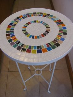 Would be a cool way to use broken tiles Mosaic Diy, Mosaic Crafts, Mosaic Projects, Mosaic Wall, Mosaic Tiles, Mosaic Designs, Mosaic Patterns, Stone Mosaic, Mosaic Glass