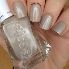 Bask in the elegance of Sarah's mani using her gifted essie gel couture™ Nail Color in #makethecut. The essie gel couture line of 50+ shades delivers long-wear and gel-like shine without the need for a UV lamp or basecoat. Just top it off with the essie Platinum-Grade Finish Top Coat! Products were gifted as part of the Preen.Me VIP program together with essie.