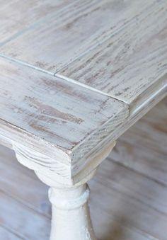 meubles vintage: table chic d'aspect usé authentique