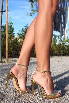 Golden ankle strap sandals. Tacchi Close-Up #Shoes #Tacones #Heels