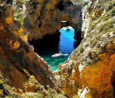 Tout le long des 150km de côtes bordant l'Atlantique, les villes de Lagos, Portimao, Albufeira, ou encore Faros et Tavira, abritent les plus belles plages du Portugal. Région renommée internationalement pour son tourisme estivant, l'Algarve est une destination privilégiée pour tous les touristes qui se rendent au Portugal. Ainsi rien qu'à Lagos, les plages de …