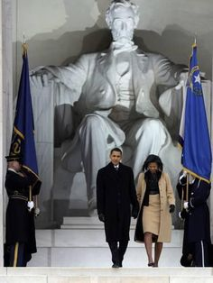 Barack and Michelle Obama arrive at the Opening Inaugural Celebration at the Lincoln Memorial. Black Presidents, Greatest Presidents, American Presidents, Michelle Obama, Barack Obama Family, Obamas Family, Malia Obama, Presidente Obama, Barrack Obama