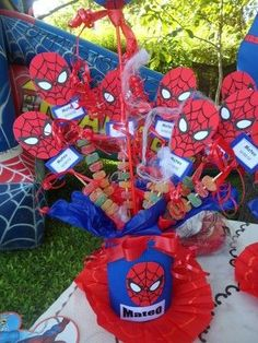 Divertidos y originales centros de mesa para fiestas infantiles | Blog de BabyCenter Spider Man Party, Superhero Birthday Party, 3rd Birthday Parties, Boy Birthday, Avenger Party, Fete Emma, Festa Hot Wheels, Spiderman Theme, Spiderman Kids
