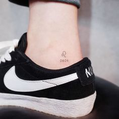 Tiny Discreet Tattoos For People Who Love Minimalism By Witty Button - Tattoo, Tattoo ideas, Tattoo shops, Tattoo actor, Tattoo art Diskrete Tattoos, Dainty Tattoos, Small Girl Tattoos, Sister Tattoos, Little Tattoos, Mini Tattoos, Body Art Tattoos, Tattoo Small, Tatoos