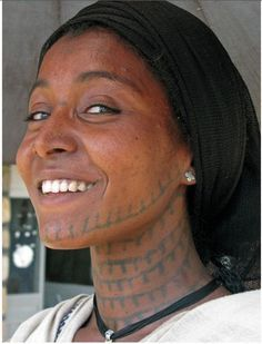 Amhara girl shows her tattoos. African Tattoo, Facial Tattoos, Eritrean, African Tribes, African Americans, Beauty Around The World, African Culture, African History, Afro Punk
