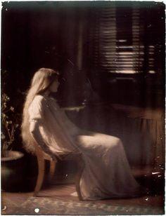 Paul Burty Haviland (1880-1950).Florence Peterson sitting in profile. 1909/10. Autochrome.