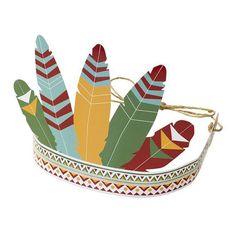Estas coronas de plumas de papel grueso serán imprescindibles en la Fiesta de Indios de tu peque. Todos los peques de la fiesta querrán la suya y se lo pasarán genial!!  Además puedes colocarlas en la mesa de fiesta, en el sitio de cada niño y obtendrás una decoración de cumpleaños con temática de indios súper original!! #fiestadeindios #fiestadecumpleaños #decoracionfiestadeindios