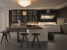 Cucina laccata con maniglie integrate con penisola TRAIL by Varenna by Poliform design Carlo Colombo, CR