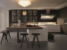 Lacquered kitchen with integrated handles with peninsula TRAIL by Varenna by Poliform design Carlo Colombo, CR&S Varenna