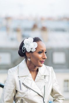 Fascinator Magnolia – accessoire de coiffure de mariage personnalisable– fleur de cuir – perles facettées – peigne -Sautoir et Poudrier par SautoirEtPoudrier sur Etsy https://www.etsy.com/fr/listing/220498198/fascinator-magnolia-accessoire-de