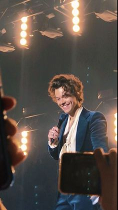 Harry styles 481463016415677637 - Harry's messy hair is everything! 😍😍 Source by iwroteyouasong Harry Styles Live, Harry Styles Pictures, One Direction Pictures, Harry Edward Styles, Harry Styles Memes, Fangirl, Harry 1d, We Will Rock You, Mr Style