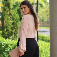 A imagem pode conter: 1 pessoa Sexy Blouse, Blouse Outfit, Crop Top Designs, Blouse Designs, Classy Outfits, Cool Outfits, Fashion Outfits, Iranian Women Fashion, Corsage