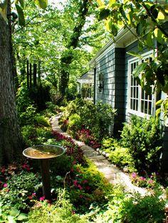cottage garten ppiger Gartenweg in Kansas City, Missouri Entwurf / Foto: RDM Architecture o . Garden Cottage, Lush Garden, Dream Garden, Garden Path, Shaded Garden, Garden Villa, Garden Sheds, Garden Tips, Verticle Garden