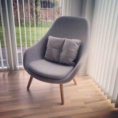 Denne flotte stolen er designet av Hee Welling og HAY, og ideen har vært å utvikle en iøynefallende stol som samtidig utstråler enkelthet.  På denne stolen kan du velge blant utallige farger og kvaliteter. Vi vår butikk har vi alle stoffprøver.  Materiale: Basen er av solid eik, og den kan fåes i solid eik som er såpebehandlet eller sortbeiset.  Mål: w 89 x d 82 x h 102 cm  Priser fra 11199,- - 17249,- Puffen kosterfra 3259- 5159,- Denne vare må det avtales egen frakt på.