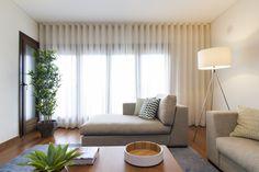 Sala Comum_Zona de estar  Sofás / tapete / mesa de centro / candeeiros / almofadas decorativas / cortinados