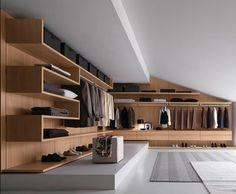 Die Dachschräge mit einem individuellen Kleiderschrank einrichten.
