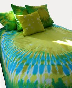 Tie Dyed King Duvet Cover by dyeworx on Etsy How To Tie Dye, How To Dye Fabric, Cama Tie Dye, Shibori, Tie Dye Sheets, Tie Dye Bedding, Tie Dye Crafts, Cosy Home, Tie Dye Techniques