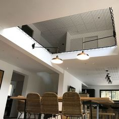 A hammock floor will allow you to create additional living space, with a contemporary design that will allow you to preserve natural light. Hammock Netting, Indoor Hammock, Home Room Design, Home Interior Design, House Design, Mezzanine Design, Vaulted Ceiling Lighting, Relax, Contemporary Design