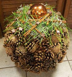 Zapfenkugel mit Kiefernnadeln - New Ideas Vase Arrangements, Christmas Arrangements, Christmas Decorations, Christmas Ornaments, Diy Crafts To Do, Pine Cone Crafts, Woodland Christmas, Diy Weihnachten, Nature Decor
