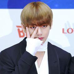 : 170222 Taehyung @ Gaon Chart KPOP Awards red carpet — cr: via #bangtanboys #bts #army #bangtan #kimtaehyung #taehyung #v #뷔 #방탄소년단 #태형 #김태형