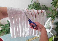 Natriháne tričko si môžeme navliesť na ruku a ppodľa obrázka striháme šikmo, medz jednotlivými nastrihanými pásmi