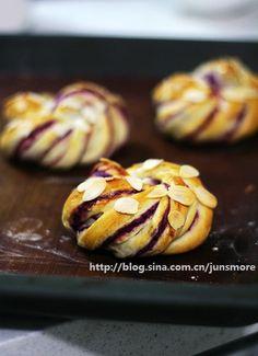 【紫薯面包卷】 很多人喜欢紫薯,不仅仅因为它营养可口,更因为它鲜亮的紫色十分喜人。所以,用紫薯做的甜点,天然的紫色总能让人眼前一亮,做面包也同样如此。