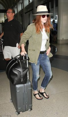 Low-key: Julianne Moore perfectly modelled her casual cool wardrobe when she jetted out of LAX on Friday Trendy Jeans, Casual Jeans, Casual Outfits, Denim Jeans, Airport Chic, Birkenstock Outfit, Mature Fashion, Julianne Moore, Female Actresses