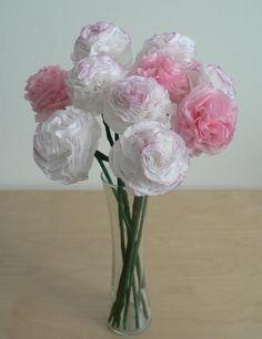 Lindo arranjo floral com papel de seda