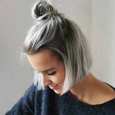 coloration cheveux gris cendré, racines noires, pull bleu foncé, rouge à lèvre nude, yeux smoky, coupe carré