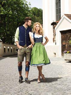 Königsblaues Dirndl Maja aus seidiger Baumwolle mit komplementierender apfelgrüner Schürze. #Angermaier