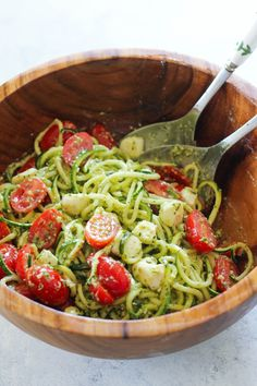 These Pesto Zucchini Noodles are a light and summery dish that doesn't require a stove top or oven! Simply whip together a fresh basil pesto and toss zucchini noodles with cherry tomatoes and mozzarella pearls. Pesto Zoodles, Pesto Zucchini Noodles, Zucchini Ravioli, Zucchini Noodle Recipes, Zucchini Salad, Zoodle Recipes, Healthy Zucchini, Spiralizer Recipes, Pesto Pasta